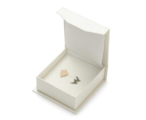 SCHIELE_MIX mały kolczyk romb różowe złocenie błyskawica czarny ruten opakowanie